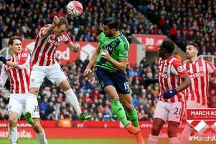 Striker Southampton, Graziano Pelle, menyundul bola yang berujung terciptanya gol pertama ke gawang Stoke City. Di pertandingan ini Southampton menang 2-1 di Britannia Stadium