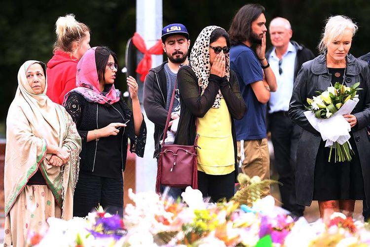 Warga lintas agama mendatangi Masjid Al Noor di Christchurch, Selandia Baru, untuk meletakkan bunga dan berdoa bagi korban serangan teror, Senin (18/3/2019). Seluruh dunia berduka dan mengirimkan simpati atas aksi teror penembakan brutal di dua masjid di Kota Christchurch yang terjadi Jumat (15/3/2019) lalu, yang menewaskan sedikitnya 49 orang dan puluhan luka-luka.