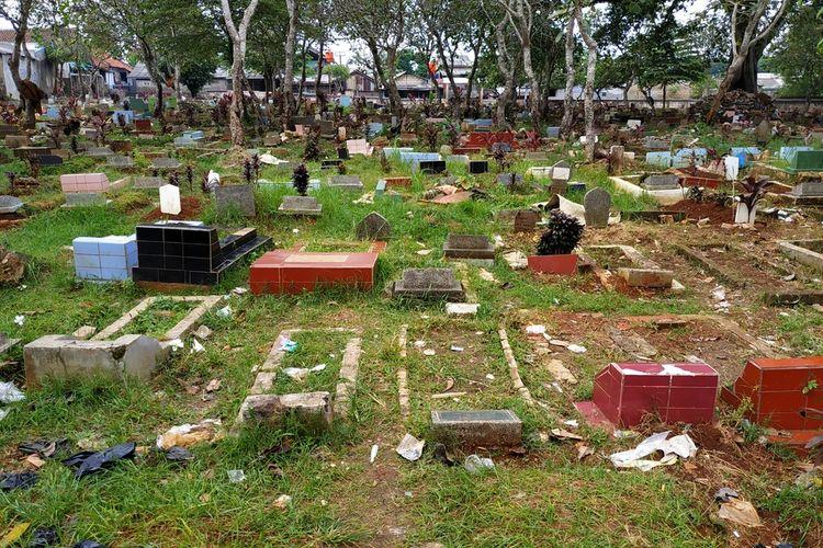 Sampah berserakan di area perkuburan di Pancoranmas, Depok, Jawa Barat yang viral gara-gara dijadikan lokasi dangdutan. Foto diambil pada Kamis (12/3/2020) pagi.