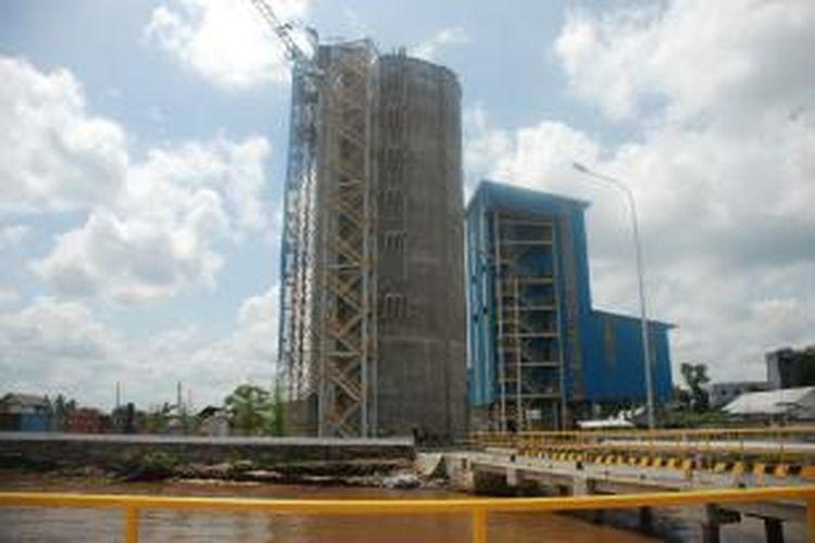 Pabrik pengemasan semen milik PT Semen Indonesia Tbk di Banjarmasin, Kalimantan Selatan.