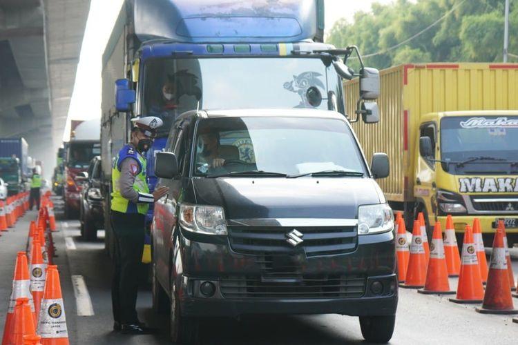 Pemeriksaan dokumen persyaratan mudik lebaran di jalan tol.