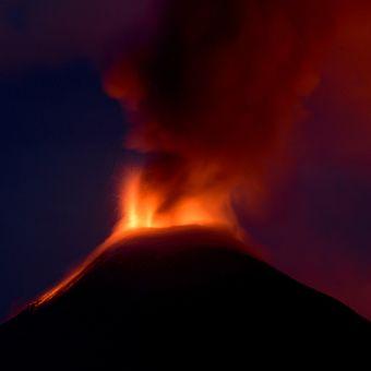 Gunung Soputan menghembuskan awan panas di Miahasa Tenggara, Sulawesi Utara, Minggu (16/12/2018). Letusan setinggi 250 meter tersebut disertai dengan kolom asap setinggi 1.500 meter yang mengarah ke timur-timur laut.