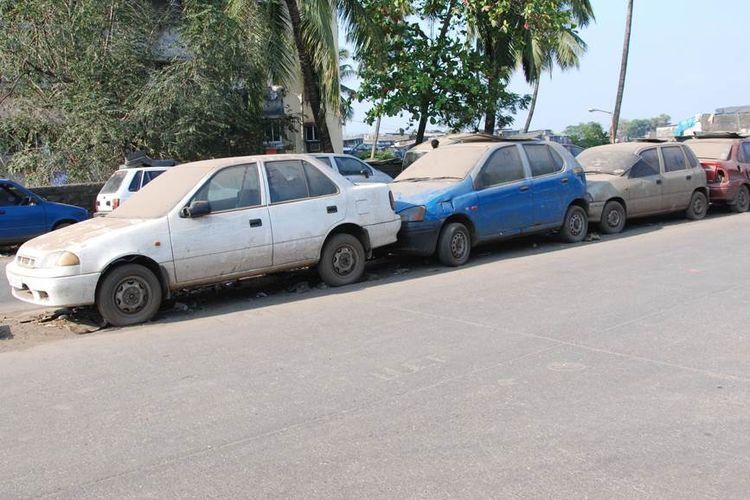Deretan mobil tua yang terparkir di salah satu sudut kota New Delhi, India.