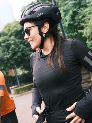 Gaya Wulan Guritno saat bersepeda.