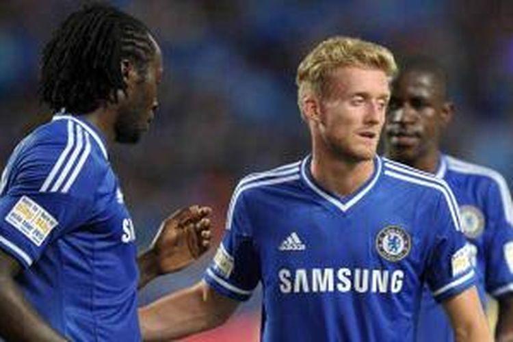 Striker Chelsea, Oriol Romeu Lukaku (kiri), bersama Andre Schurrle, setelah dia mencetak gol penalti ke gawang Singha dalam laga uji coba di Rajamangala National stadium, Bangkok, Rabu (17/7/2013). Chelsea menang 1-0.