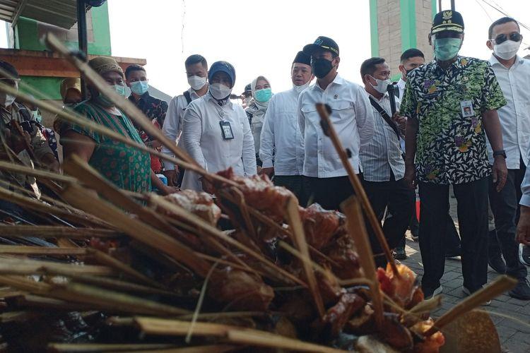 Menteri Kelautan dan Perikanan RI, Sakti Wahyu Trenggono saat mengunjungi sentra pengasapan ikan di Desa Wonosari Kecamatan Bonang Demak Jawa Tengah, Kamis (29/4/2021)