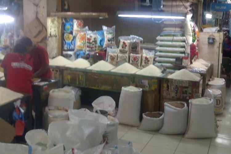 Kondisi basement Pasar Cibubur. Lokasi ini kerap digenangi air semata kaki apabila hujan turun lebat. Hal itu mengganggu kegiatan jual-beli di pasar tersebut. Senin (28/4/2014).