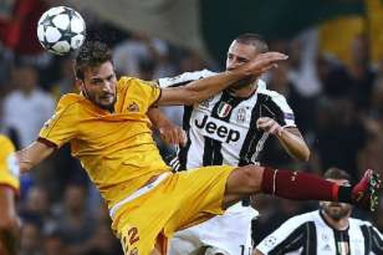 Franco Vazquez (Sevilla) dan Giorgio Chiellini (Juventus) berduel bola atas pada pertandingan Liga Champions di Stadion Juventus, Rabu (14/9/2016).