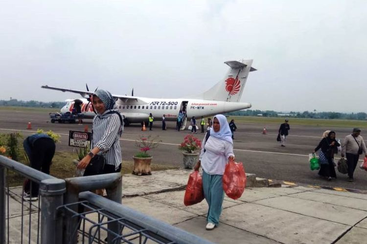 Penumpang menuju pintu keluar setelah turun dari pesawat Wings Air di Bandara Sultan Malikussaleh, Kabupaten Aceh Utara, Aceh, Minggu (9/9/2019).