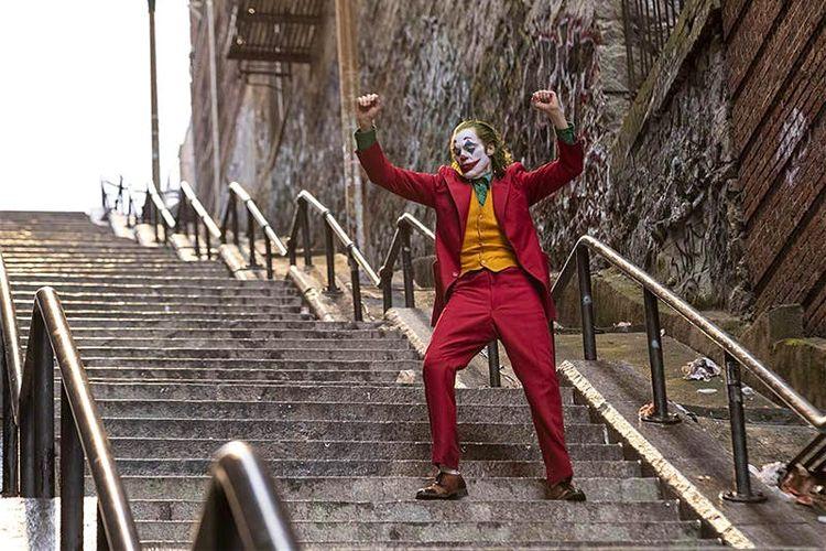 Karakter Joker menari di tangga.