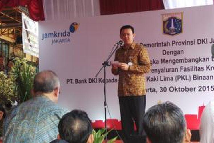 Gubernur DKI Jakarta Basuki Tjahaja Purnama menghadiri penyaluran kredit kepada ratusan PKL di Pasar Taman Puring, Jumat (30/10/2015).