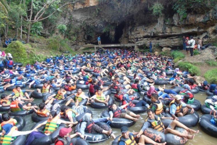 wisatawan membludak di pintu Masuk Goa Pindul