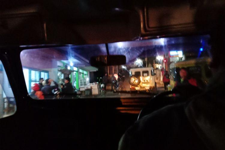 Perjalann menuju Kawasan Bromo Tengger, Puncak Pananjakan, di Desa Wonokitri, Kecamatan Tosari, Kabupaten Pasuruan, Jawa Timur, saat dini hari sebelum matahari terbit, Sabtu (21/4/2018).