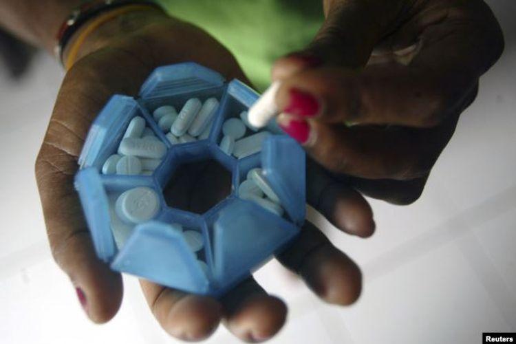 Seorang perempuan yang terinfeksi HIV menyiapkan obat-obatannya di rumah penampungan di Jayapura, Provinsi Papua, 27 November 2008.