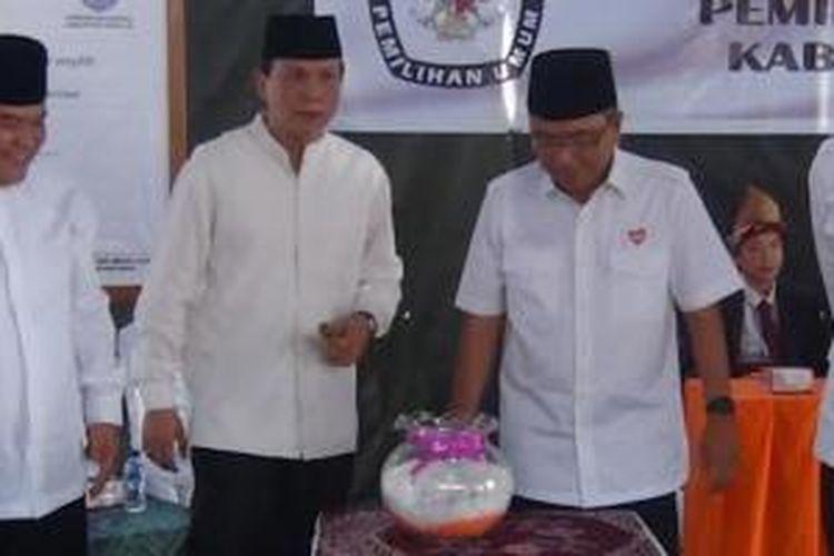 Dua pasang calon bupati dan wakil bupati Ogan Ilir Sumatera Selatan, Selasa (25/8/2015), saat mengambil nomor urut pasangan. Dari kiri ke ke kanan: Ilyas Panji (calon wakil bupati) dan pasangannya AW Noviadi (calom bupati), Helmy Yahya (calon bupati) dan pasangannya Muchendi Mahzareki (calon wakil bupati).