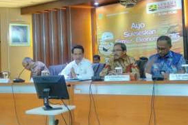 Kepala Badan Pusat Statistik (BPS) Suryamin memaparkan indeks harga konsumen Februari 2016, di kantornya, Jakarta, Selasa (1/3/2016). IHK bulan Februari 2016 mengalami deflasi 0,09 persen.
