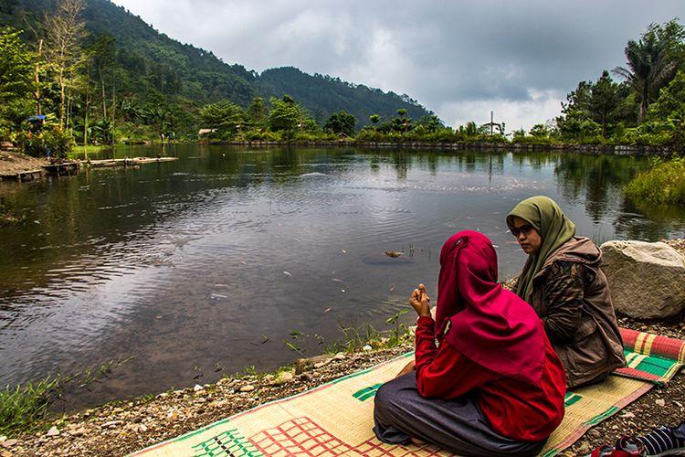 Bersantai di Tepi Telaga Muncar.
