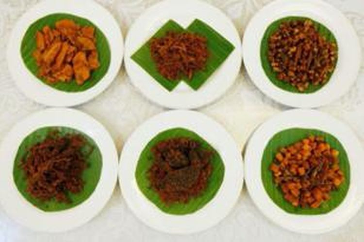 Sejumlah varian rendang dari Payahkumbuh, Sumatera Barat, Minggu (14/7/2013). Varian rendang ini diolah menjadi rendang kering dan memudahkan untuk dijadikan makanan kemasan.