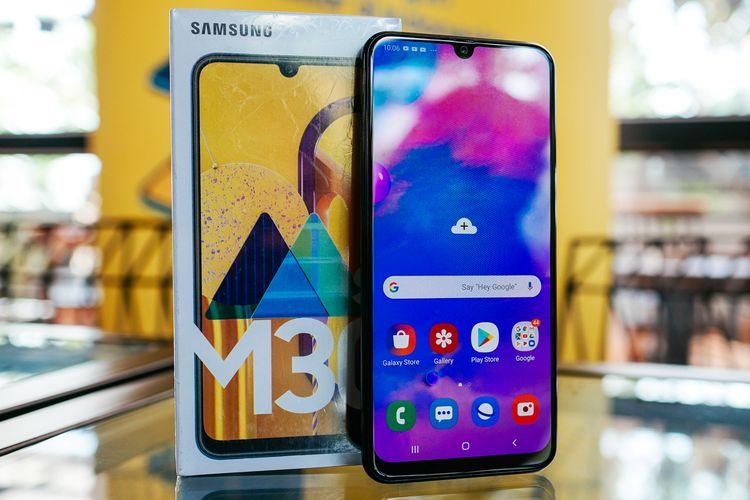 Samsung Galaxy M30s dan kotak kemasannya.