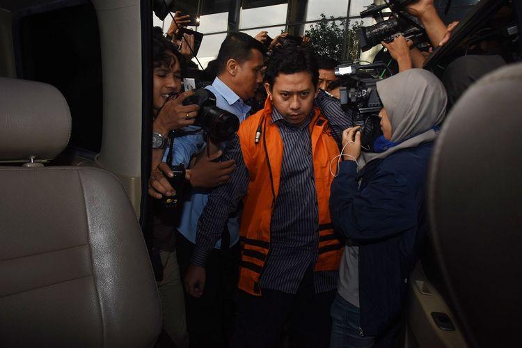 Bupati Cianjur Irvan Rivano Muchtar (tengah) mengenakan rompi tahanan seusai menjalani pemeriksaan terkait OTT kasus korupsi dana pendidikan Kabupaten Cianjur di Gedung KPK, Jakarta, Kamis (13/12/2018). KPK menetapkan empat tersangka termasuk Bupati Cianjur Irvan Rivano Muchtar, serta mengamankan uang sejumlah Rp1,556 miliar yang diduga merupakan hasil korupsi dari Dana Alokasi Khusus (DAK) Pendidikan Kabupaten Cianjur tahun 2018. ANTARA FOTO/Indrianto Eko Suwarso/foc.