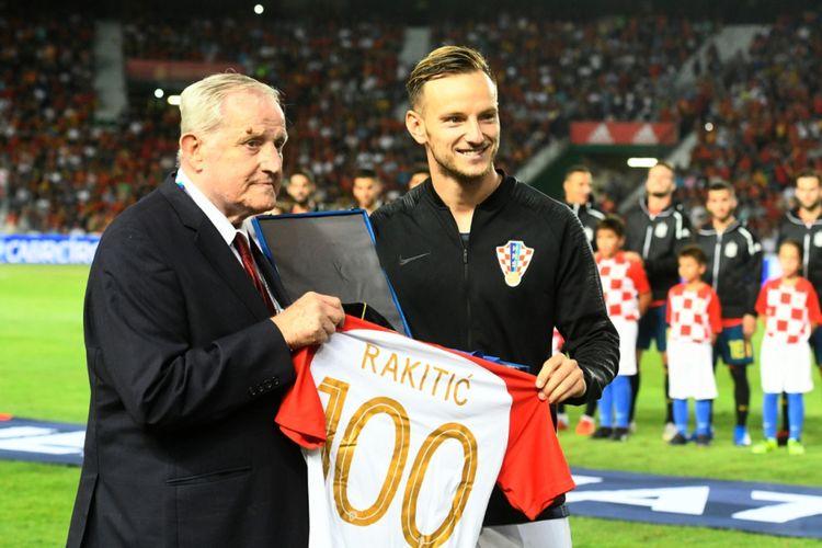 Ivan Rakitic mendapat apresiasi dari Asosiasi Sepak Bola Kroasia saat hendak menjalani partai ke-100 bersama timnas, jelang laga versus Spanyol di Elche, 11 September 2018.