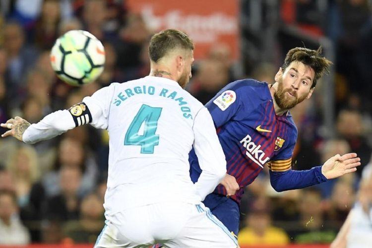 Lionel Mess dan Sergio Ramos berebut bola dalam pertandingan El Clasico antara Barcelona dan Real Madrid di Camp Nou, 6 Mei 2018.