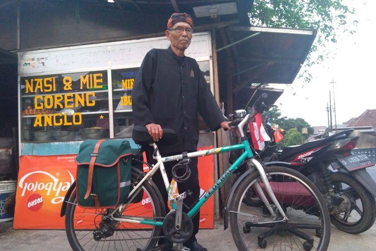 Abah Landoeng bersama sepeda yang menjadi alat transportasinya.