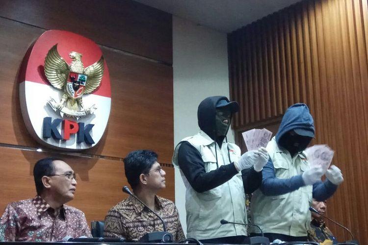Wakil Ketua KPK Laode Muhammad Syarif dan Juru Bicara KPK Febri Diansyah saat mengungkap hasil operasi tangkap tangan terhadap politisi Partai Golkar Aditya Moha dan Ketua Pengadilan Tinggi Manado Sudiwandono pada Jumat (7/10/2017).
