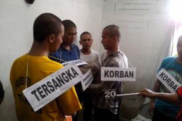 Rekonstruksi penganiayaan mahasiswa STIP di rumah kos salah tersangka di Jakarta Utara, Selasa (6/5/2014).