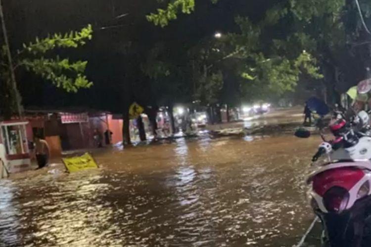 Banjir bandang menggenangi ruas jalur trans Sulawesi di Kabupaten Bantaeng, Sulawesi Selatan. Jumat, (12/6/2020).