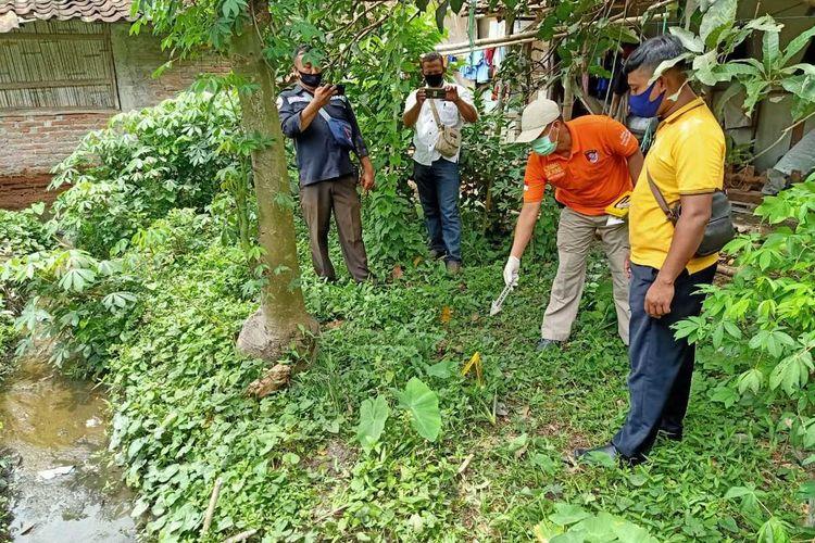 Kepolisian menggelar olah tempat kejadian perkara (TKP) di rumah korban tewas, Kemijan (60) diDesa Selo, Kecamatan Tawangharjo, Kabupaten Grobogan, Jawa Tengah, Senin (26/10/2020).