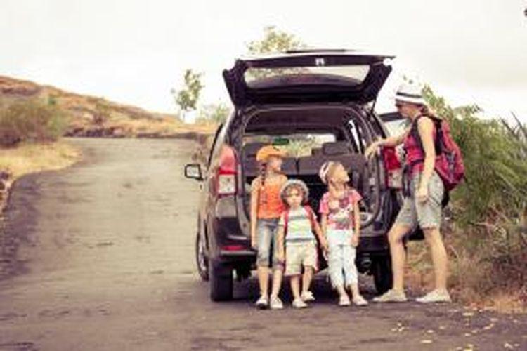 Berwisata dengan anak-anak dengan keliling naik mobil.