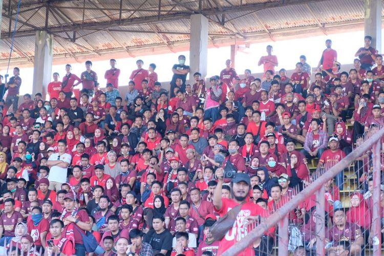 Suporter PSM Makassar yang sudah duduk di tribune utama Stadion Mattoangin, Makassar, jelang laga final leg kedua Piala Indonesia, Minggu (28/7/2019), yang akhirnya ditunda.