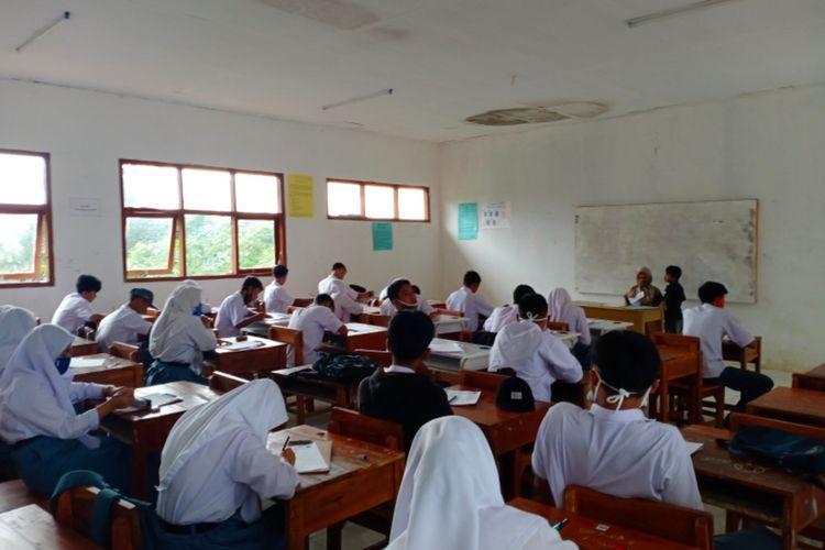 Siswa SMAN 30 Garut mengikuti ulangan di kelas pada Selasa (01/12/2020) setelah pihak sekolah melakukan pembelajaran tatap muka di masa Pandemi Covid-19