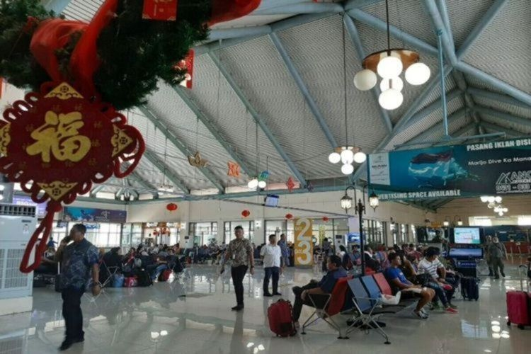 Para penumpang menunggu penerbangan di terminal keberangkatan Bandara Internasional Sam Ratulangi Manado, Selasa (28/1/2020) pukul 13.27 WITA