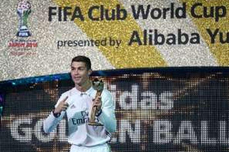 Pemain Real Madrid, Cristiano Ronaldo, memamerkan trofi Golden Ball pada Piala Dunia Antarklub, Minggu (18/12/2016).