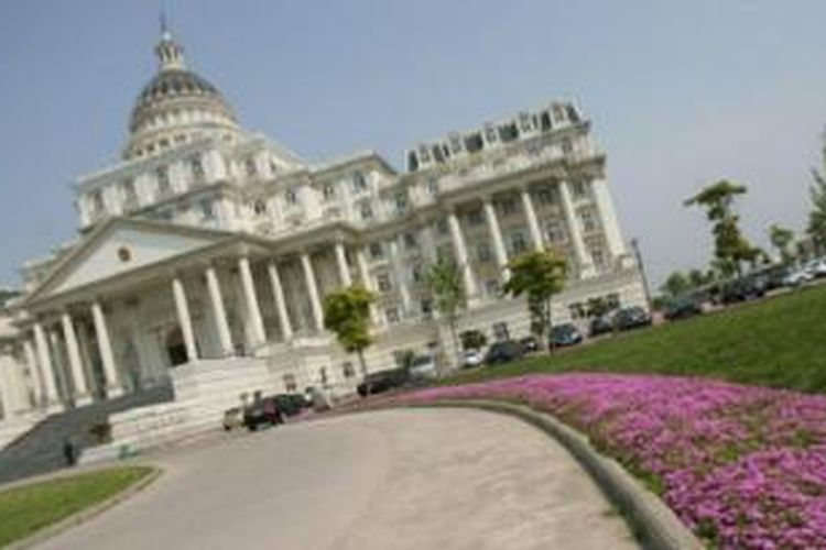 Kantor pemerintahan daerah Fuyang ditengarai dibangun dari hasil korupsi.