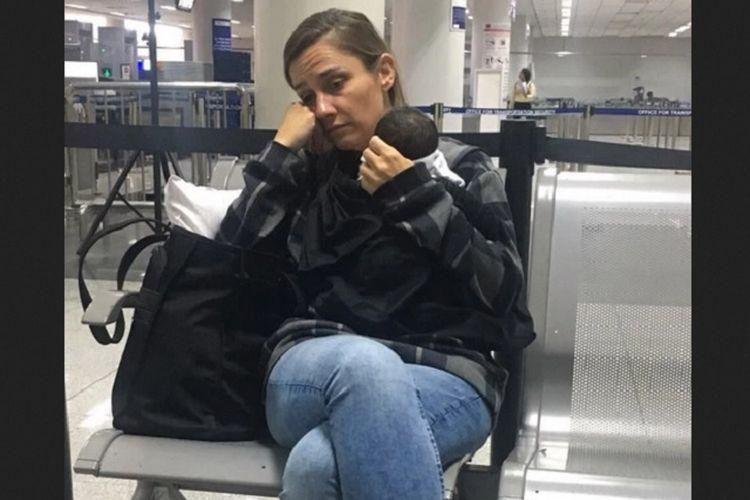Jennifer Talbot (43) setelah ketahuan petugas hendak membawa bayi usia enam hari secara diam-diam ke pesawat di bandara Manila, Filipina.