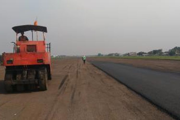 Suasana pembenahan landasan pacu Bandara Pondok Cabe Tangerang Selatan, Jumat (4/12/2015). Menjelang Maret 2016 Bandara Pondok Cabe terus berbenah untuk menjadi bandara komersil.