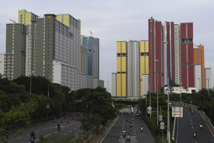 Pengendara melintas dengan latar belakang Wisma Atlet di Kemayoran, Jakarta, Rabu (18/3/2020). Pemerintah akan menyiapkan wisma atlet Kemayoran menjadi tempat isolasi masyarakat yang terjangkit COVID-19 guna menekan penyebaran virus tersebut lebih luas. ANTARA FOTO/Wahyu Putro A/foc.
