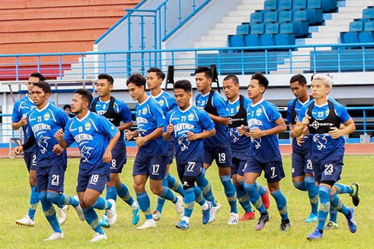 Para pemain Persib Bandung melakoni sesi latihan sore di Stadion Arcamanik, Kota Bandung, Senin (13/1/2020).