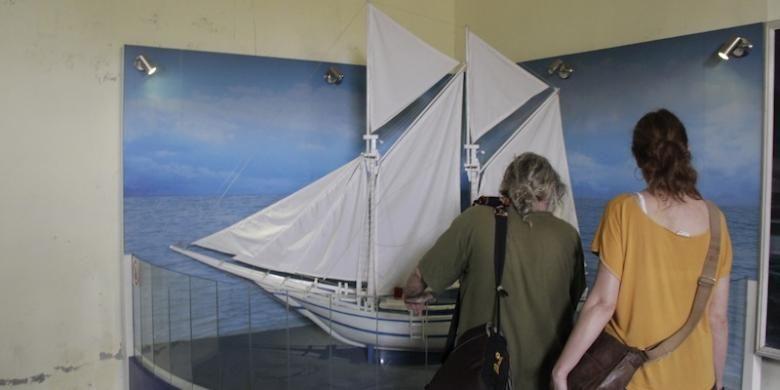 Wisatawan asal Jerman melihat miniatur phinisi di Museum La Galigo, Makassar, Rabu, (11/02/2015).