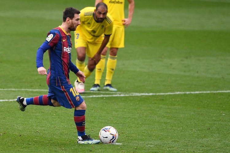 Penyerang Barcelona Lionel Messi mencetak gol penalti dalam pertandingan La Liga Spanyol antara FC Barcelona vs Cadiz CF di Stadion Camp Nou di Barcelona pada 21 Februari 2021.