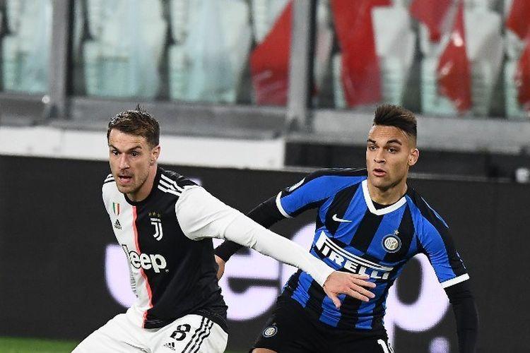 Gelandang Welsh Juventus Aaron Ramsey bersaing dengan pemain depan Inter Milan Argentina Lautaro Martinez selama pertandingan sepak bola Serie A Italia Juventus vs Inter Milan, di stadion Juventus di Turin pada 8 Maret 2020.