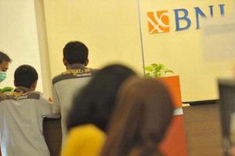 Nasabah bertransaksi di Bank BNI Kebon Sirih, Jakarta.