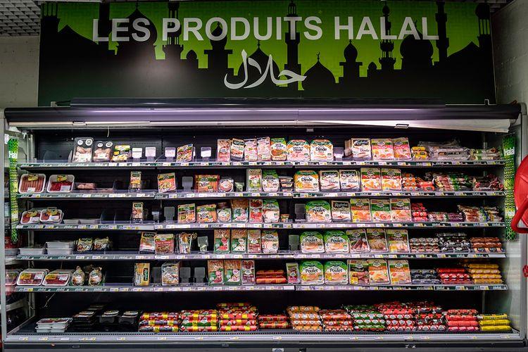 ilustrasi rak produk pangan halal di supermarket.