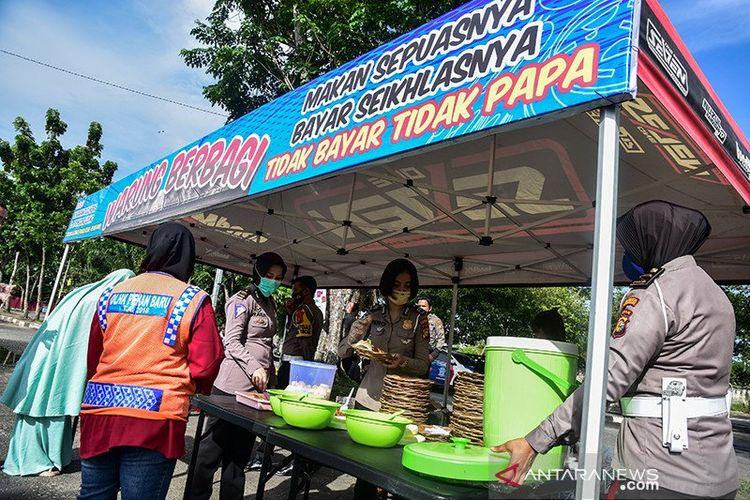Sejumlah dermawan berinisiatif membuka Warung Berbagi untuk membantu masyarakat di tengah pandemi COVID-19 di Pekanbaru, dengan menyediakan makanan setiap hari Selasa dan Jumat pukul 07.00 hingga 09.00 WIB dan warga bisa makan sepuasnya dengan membayar seikhlasnya bahkan tidak harus membayar. (ANTARA FOTO/FB Anggoro)