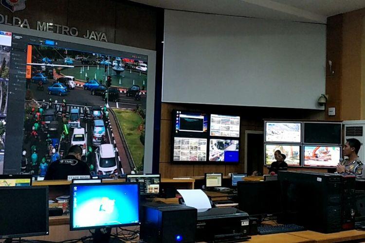 Proses tilang ETLE di Traffic Management Center  (TMC) Polda Metro Jaya, Senin (1/10/2018).