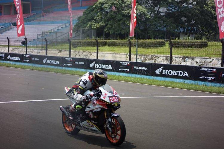 Fahrizal Pratama Putra (17), pebalap dari tim Dragstarboyz Bali 43 Racing School bersama tunggangannya saat mengikuti balapan seri ketiga Indonesia CBR Day 2019 di kelas Komunitas A 250cc.