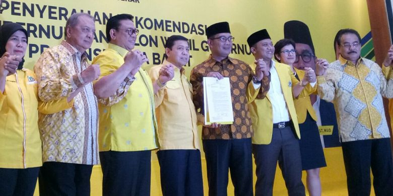 Ridwan Kamil menerima surat rekomendasi yang diberikan Partai Golkar secara resmi untuk maju di Pilkada Jawa Barat.
